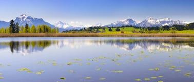 Szeroki panorama krajobraz w Bavaria z alps górami obrazy royalty free