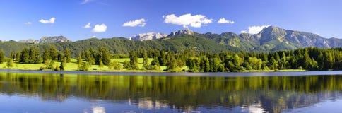 Szeroki panorama krajobraz w Bavaria z alps górami obraz royalty free