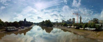 Szeroki panoramiczny widok Thames przy kew brige z houseboats i otaczającymi budynkami zdjęcie stock