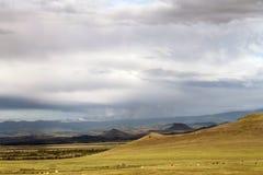 Szeroki step z żółtą trawą pod niebieskim niebem z bielem chmurnieje Sayan góry Syberia Rosja Obraz Royalty Free