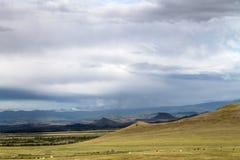 Szeroki step z żółtą trawą pod niebieskim niebem z bielem chmurnieje Sayan góry Syberia Rosja Obrazy Stock