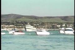 Szeroki strzał łodzie w schronieniu zbiory