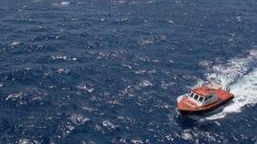 Szeroki strzał Mały Pilotowy statek w oceanie zbiory wideo