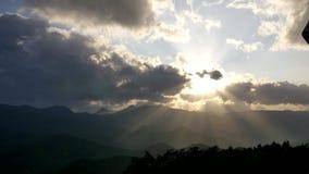 Szeroki strzał słońce promienia łamanie przez chmury z wierzchu halnego moiwa, hokkaido, Japan zdjęcie wideo