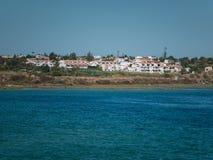 Szeroki strzał wybrzeże Algarve, Portugalia na pogodnym letnim dniu z domami i drzewami zdjęcie royalty free