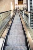 Szeroki wędkujący widok perspektywiczny eskalatoru schody Obrazy Stock