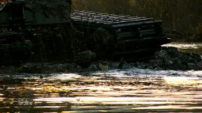Szeroki wiadro ekskawator kopie w górę ziemi od dna rzeka przy zmierzchem Czyścić i pogłębiać zbiory wideo