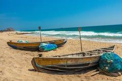 Szeroki widok łodzie rybackie parkował samotnie w seashore z morza lub oceanu tłem, Visakhapatnam, India Marzec 05 2017 zdjęcia stock