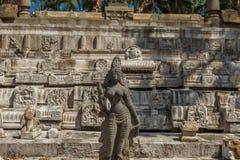 Szeroki widok antyczna kobiety rzeźba z rujnującą świątyni ścianą w tle, Chennai, India Jan 29 2017 Obrazy Stock
