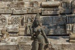 Szeroki widok antyczna kobiety rzeźba z rujnującą świątyni ścianą w tle, Chennai, India Jan 29 2017 Zdjęcia Stock