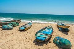 Szeroki widok grupa łodzie rybackie parkować w seashore z ludźmi w tle, Visakhapatnam, Andhra Pradesh, Marzec 05 2017 zdjęcie stock