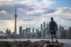 Szeroki widok mężczyzna i Toronto linia horyzontu obrazy royalty free