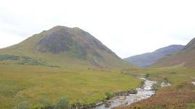 Szeroki widok na roztoce Etive i Rzeczny Etive w średniogórzach Szkocja od powietrza zbiory wideo