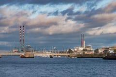 Szeroki widok nad Rzecznym Liffey doków terenem w Dublin, Irlandia obraz royalty free