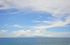 Szeroki widok wyspa Bali i Agung wulkan na horyzoncie od wyspy Lombok w Indonezja Zdjęcie Stock