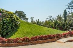 Szeroki widok zieleń ogród i droga przemian, Chennai, India, Kwiecień 01 2017 Obrazy Stock
