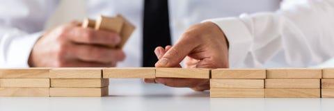 Szeroki widoku wizerunek robi mostowi drewniani czopy biznesmen obraz stock