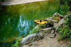 Szeroki woda rzeczna przepływ przez błękitnej grani gór Fotografia Stock