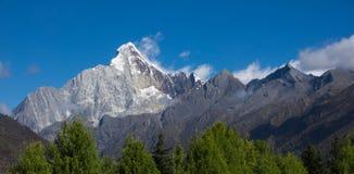 Szerokiego ekranu Śnieżna góra & x22; Cztery dziewczyny Mountain& x22; Śnieżne góry Zdjęcia Stock
