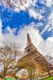 Szerokiego kąta oddolny widok wycieczka turysyczna Eiffel widzieć od otaczać g jak obraz royalty free