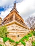 Szerokiego kąta oddolny widok wycieczka turysyczna Eiffel widzieć od otaczać g jak obrazy royalty free