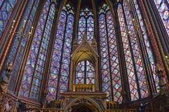 Szerokiego widoku witrażu Piękni okno w wierzchu zrównują wewnętrznego Sainte-Chapelle Paryż Francja Obraz Stock