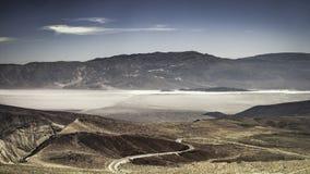 Szeroko otwarty dukt na Śmiertelnym Dolinnym parku narodowym fotografia stock