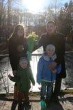 Szew na moście dokąd jezioro jest w tle w wczesnej wiośnie zdjęcia royalty free