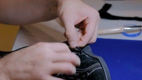 Szewc naprawia czarnego żeńskiego but zbiory