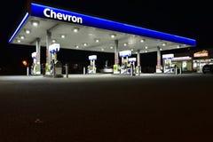 Szewron Benzynowa stacja przy nocą Zdjęcie Stock