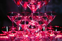 Szkła z alkoholicznymi koktajlami są pięknym obruszeniem pięknie iluminującym w barze obrazy royalty free