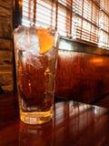 Szkło lodowa woda z cytryną na drewnianym stole w restauracyjnym położeniu Żadny ludzie fotografia stock