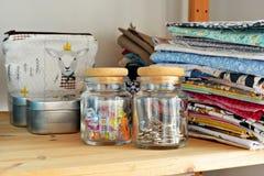 Szkło słoje, kolorowe klamerki, metal szpilki i bawełniane tkaniny, obrazy stock