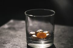 Szkło z cukierkami na stole dla dzieci i dorosłych obrazy stock