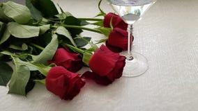 Szkło z winogradem na bielu stole obraz royalty free