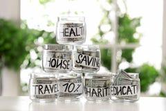Szkło zgrzyta z pieniądze dla różnych potrzeb na stole zdjęcia royalty free