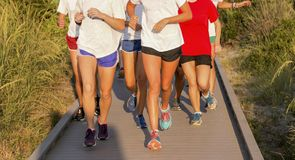 Szkół Średnich dziewczyny biega na boardwalk zdjęcia royalty free