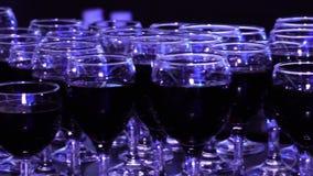 Szkła czerwone wino w restauraci zbiory wideo