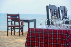 Szkła dla słuzyć na plażowej restauraci obraz stock