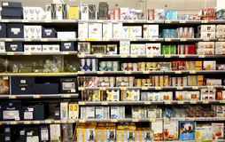 Szkła dla sprzedaży na półkach w supermarkecie zdjęcia royalty free