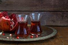 Szkła granatowa sok z świeżymi granatowiec owoc na drewnianym stole Witaminy i kopaliny Zdrowy napój Obraz Stock