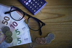 Szkła i banknoty w euro obrazy royalty free