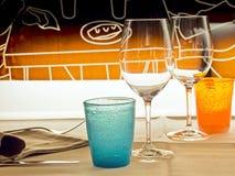 Szkła i barwioni szkła w bistrach dla romantycznej daty Obraz Stock