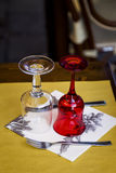 Szkła i Cutlery na restauraci stole Obraz Royalty Free