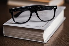 Szkła i książka Zdjęcia Stock