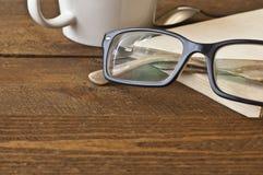 Szkła i książka na drewnie Zdjęcie Royalty Free