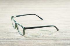 Szkła i obiektywy dla eyeglasses, zbliżenie na drewnianym stole zdjęcia stock