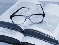 Szkła i otwierają książki na stole Obraz Stock