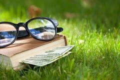 Szkła i pieniądze obraz stock