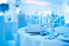 Szkła i porcja stół w błękitnych brzmieniach Zdjęcia Stock